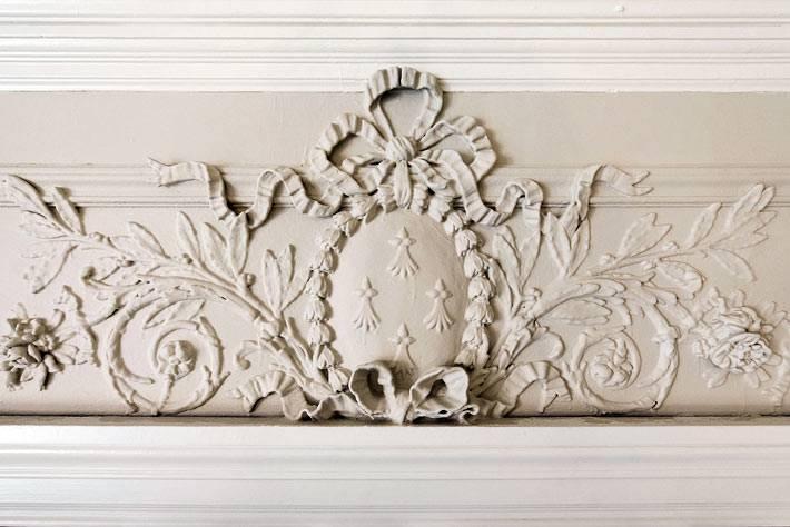 каминная полка украшена резной лепниной фото