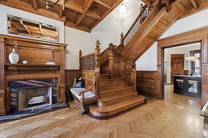 деревянная отделка вестибюля и лестницы в доме фото