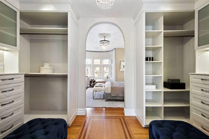 большая гардеробная комната в интерьере дома фото