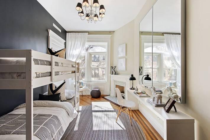 интерьер детской комнаты с двухярусной кроватью и черной стеной