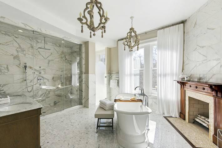 роскошный дизайн ванной комнаты с мраморными стенами