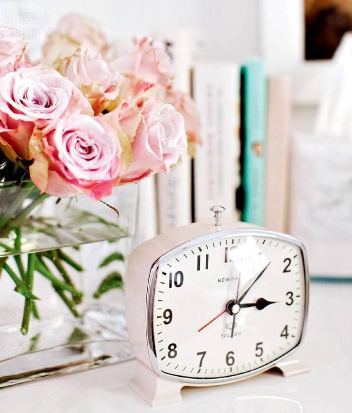 ретро часы и букет жтвых цветов в декоре квартиры