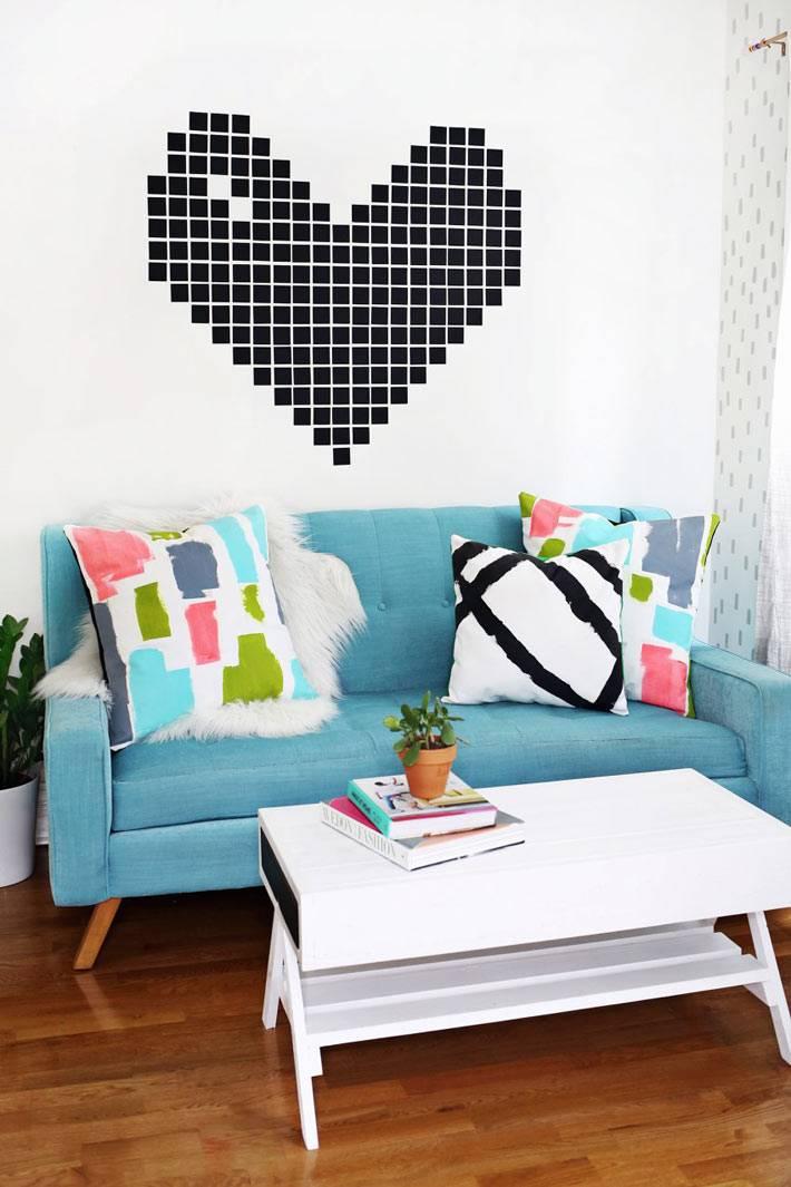 красочный ярко-голубой диван в белом интерьере