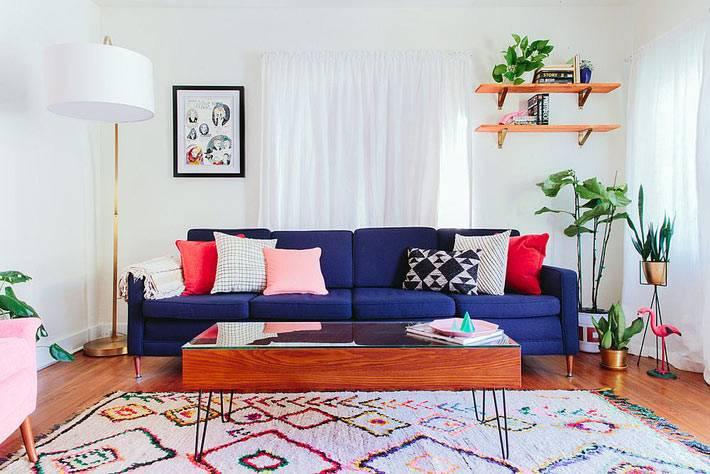 красивый синий диван и белый торшер в квартире