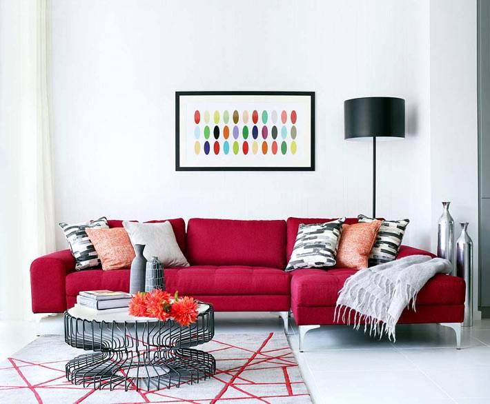 ярко-красный диван в дизайне гостиной комнаты фото
