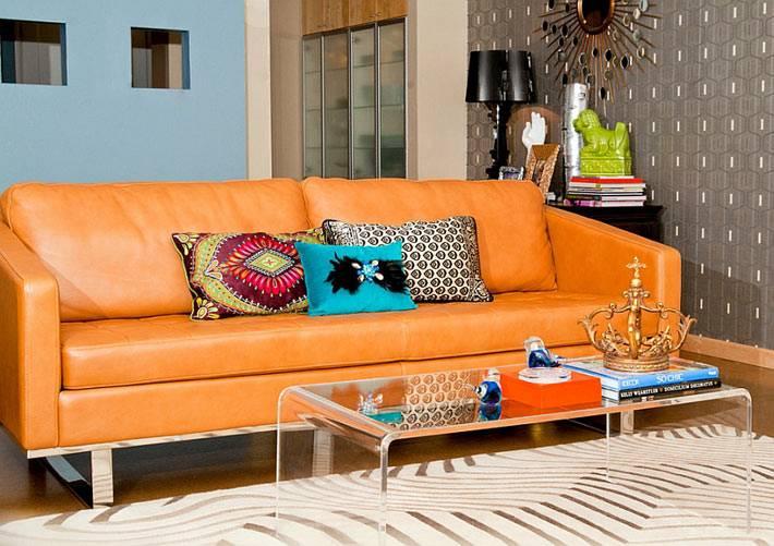 оранжевый кожаный диван в интерьере гостиной