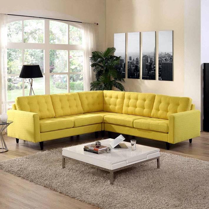 желтый угловой диван в дизайне интерьера гостиной фото