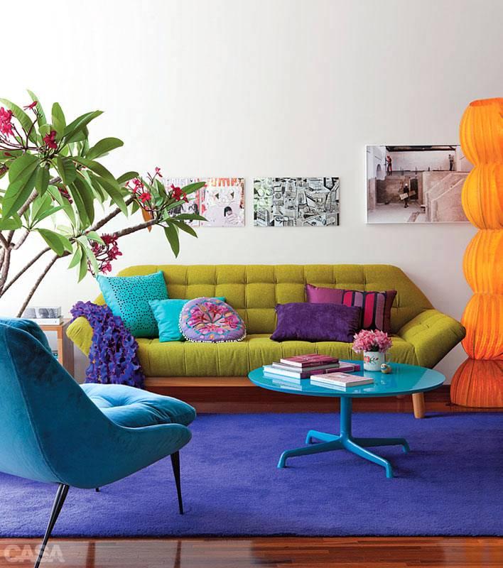 яркая мягкая мебель синего и зеленого цвета на синем ковре в комнате