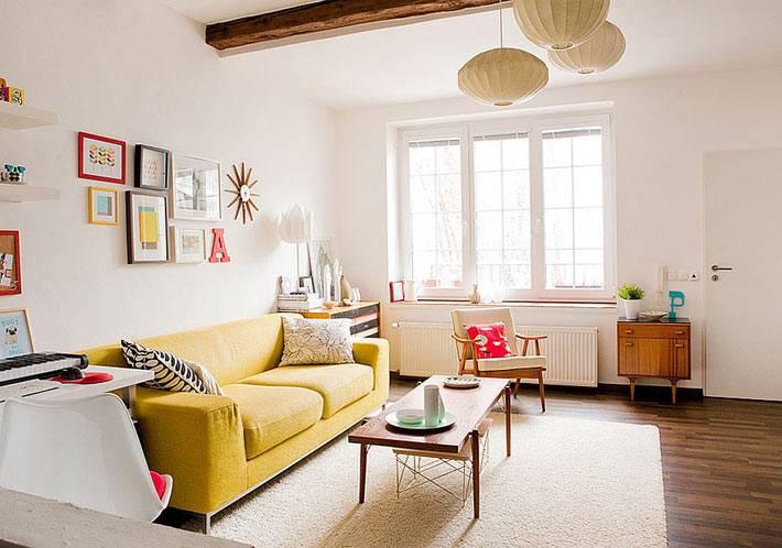 дизайн гостиной белого цвета с желтым диваном