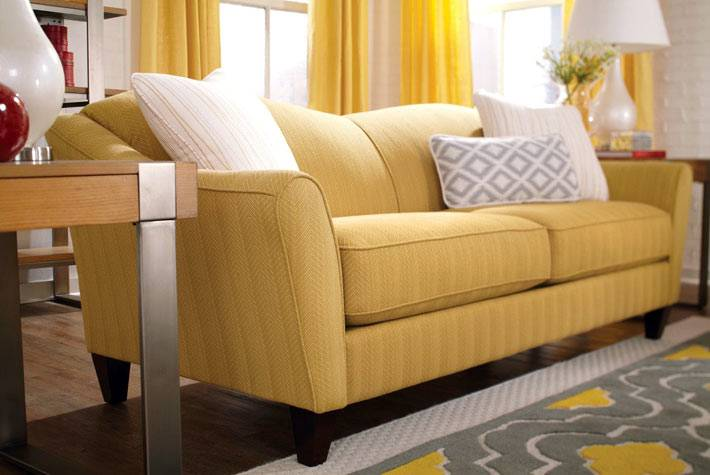 красивый желтый диван и желтые шторы для гостиной комнаты