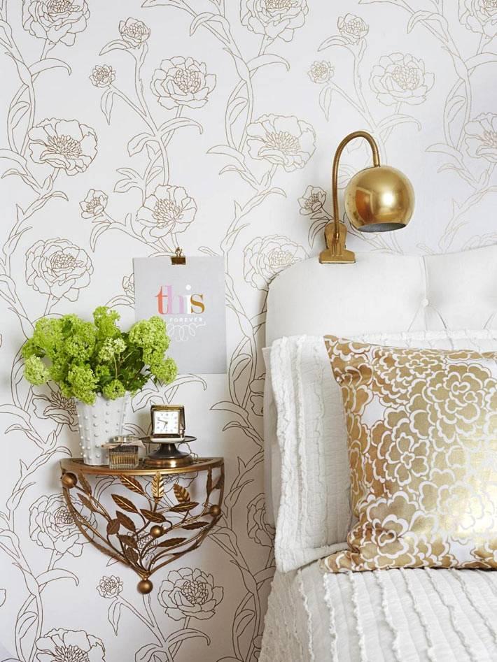 Прикроватные тумбочки с золотом в интерьере спальни фото