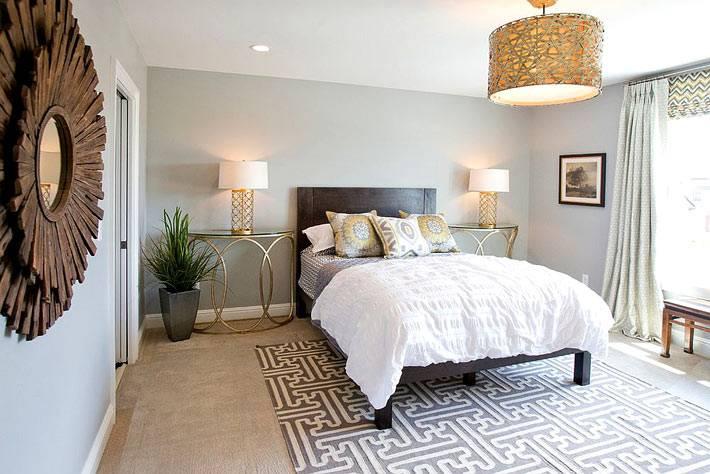 красивые латунные прикроватные столики золотого цвета в спальне