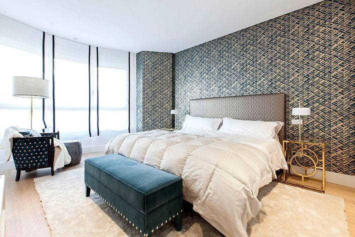 дизайн спальни с золотыми прикроватными столиками фото