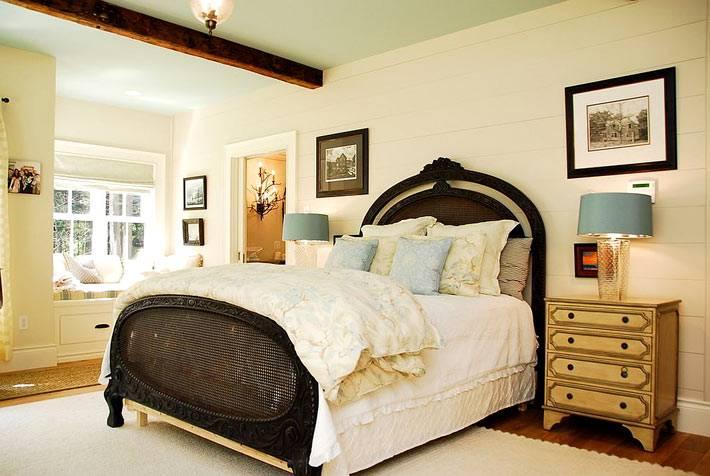 прикроватные комоды золотистого цвета в спальне фото