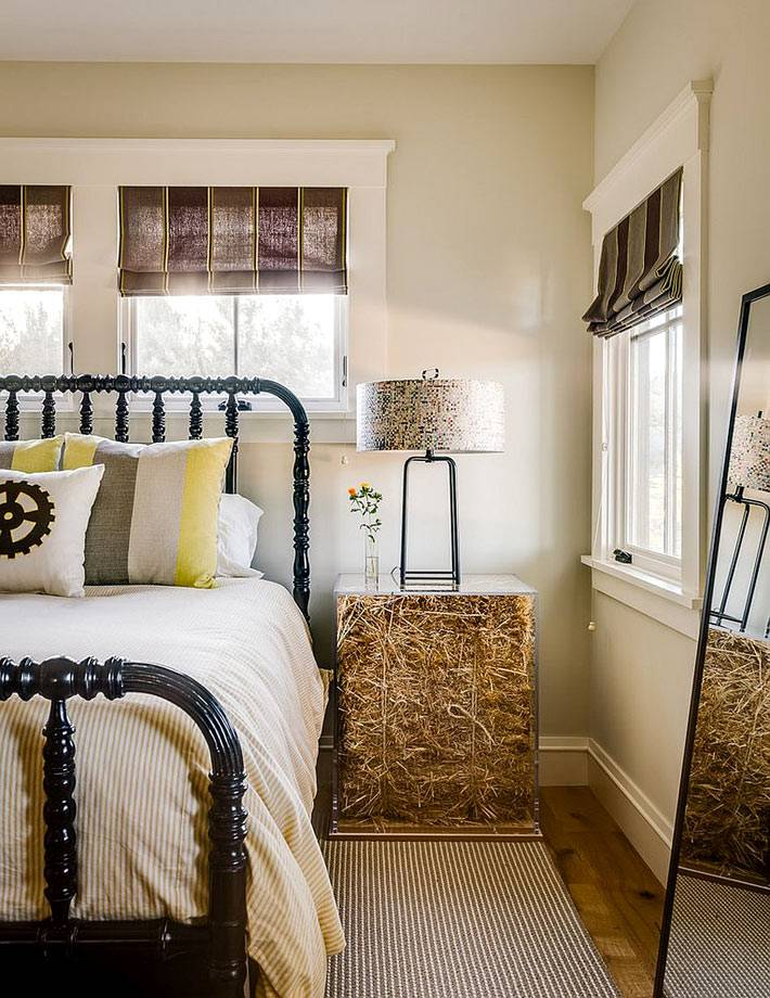 красивая золотая тумба возле кровати в спальне фото