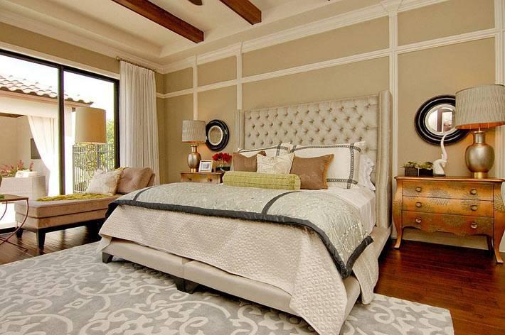 блестящие прикроватные тумбочки в дизайне роскошной спальни