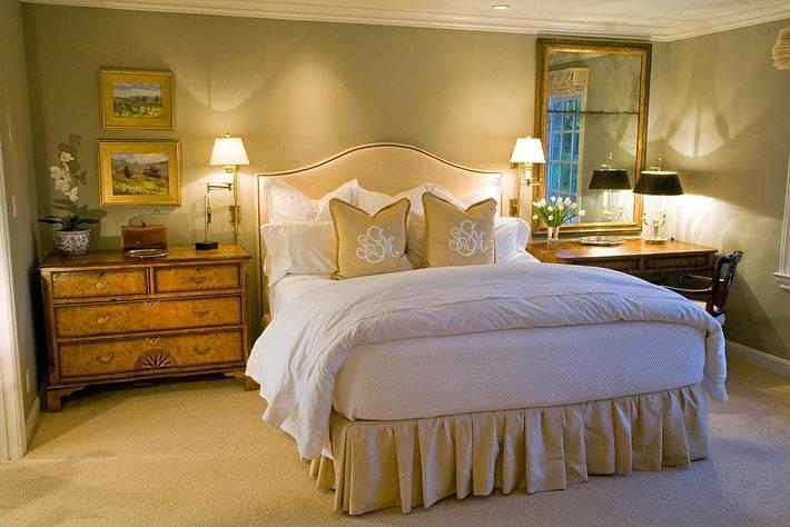 интерьер спальни с блестящими комодами золотого цвета