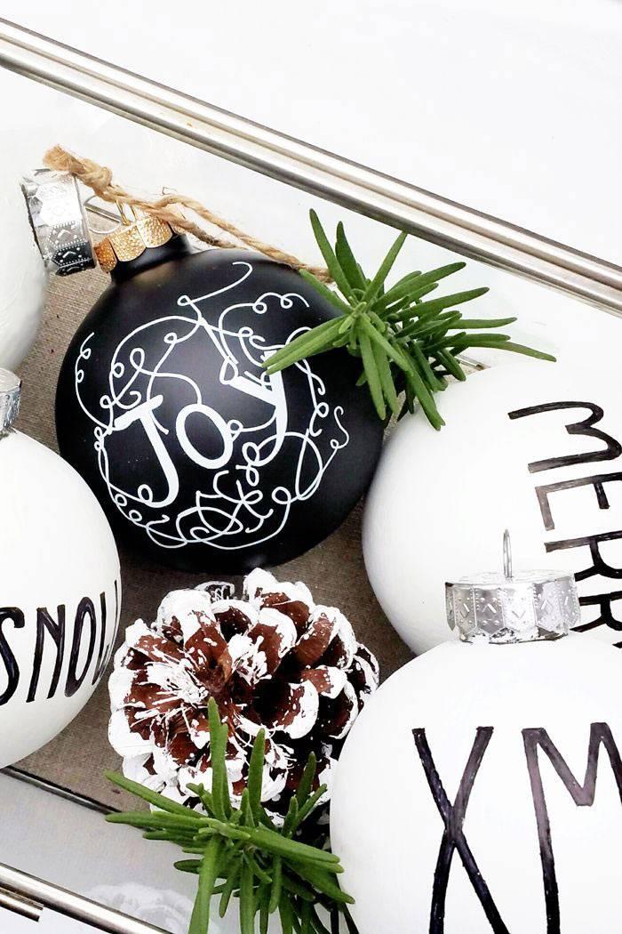 черные и белые шары в новогоднем декоре