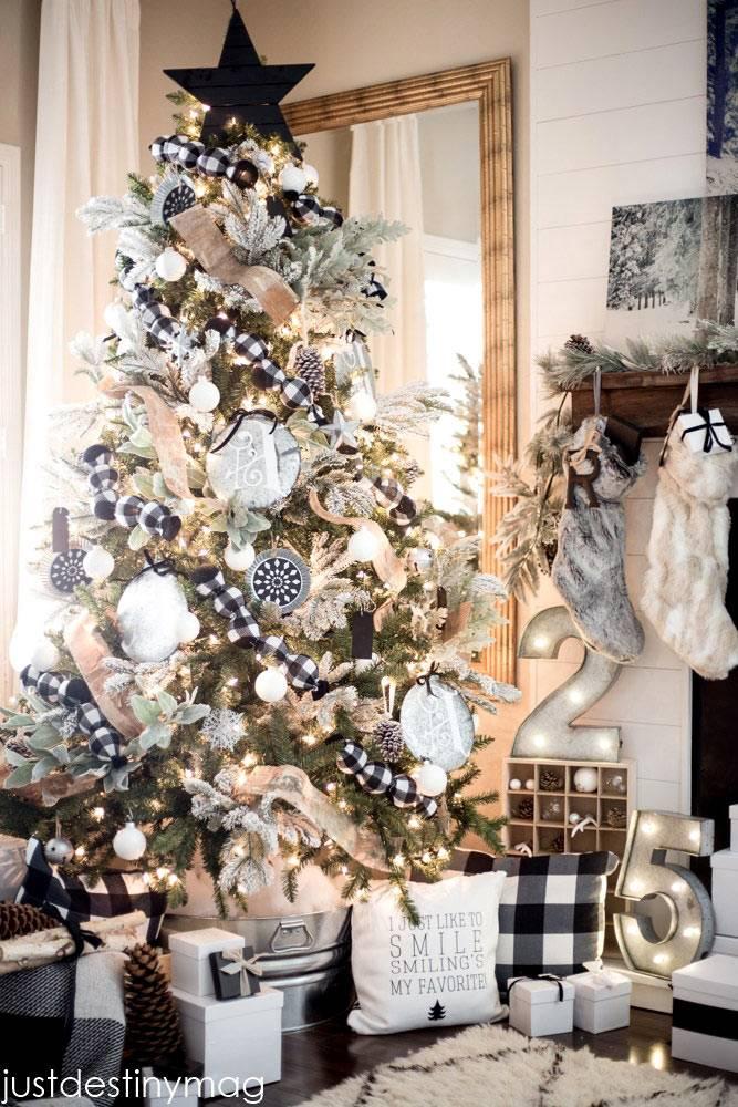 новогодняя елка с черно-белыми игрушками фото