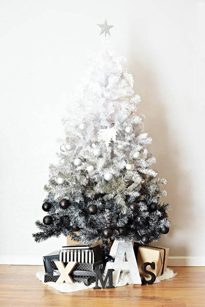 красивая черно-белая елка на новый год дома