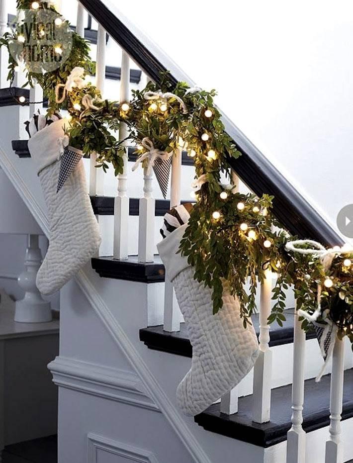 украшение лестницы в черно-белой гамме на новый год