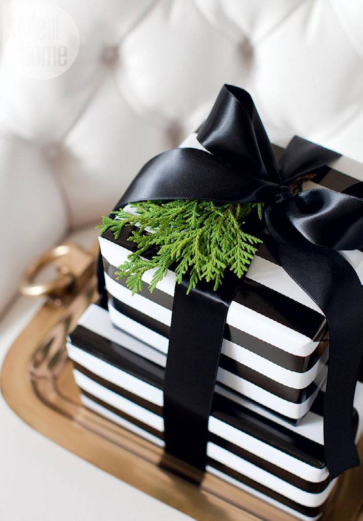 новогодние подарки в черно-белых цветах с черным бантом
