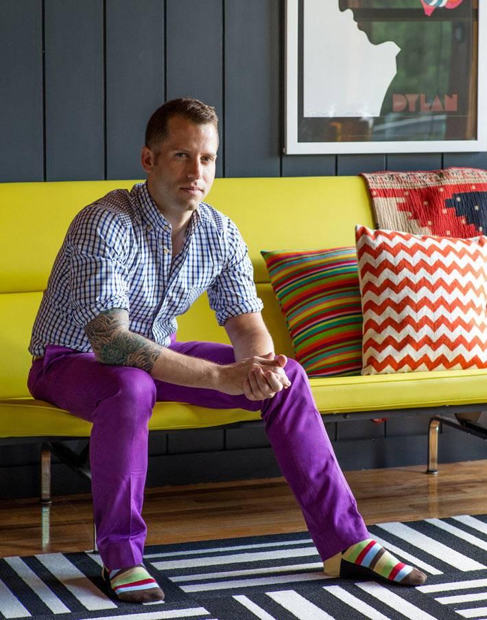 яркий жетлый диван с разноцветными декоративными подушками