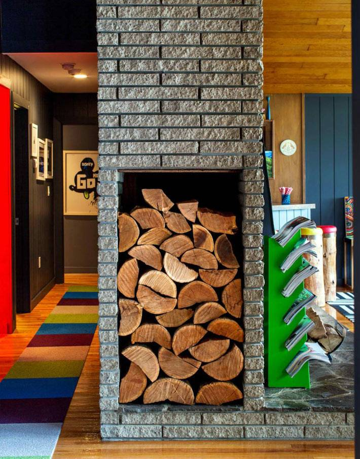 дрова для камина в нише каминной печи в доме фото