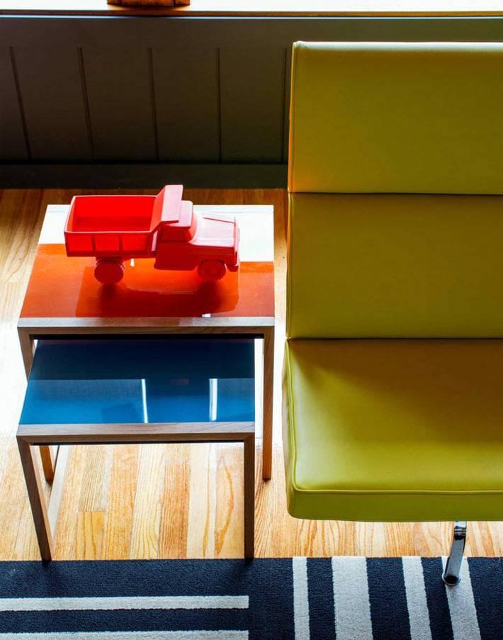 пестрые разноцветные элементы мебели в интерьере