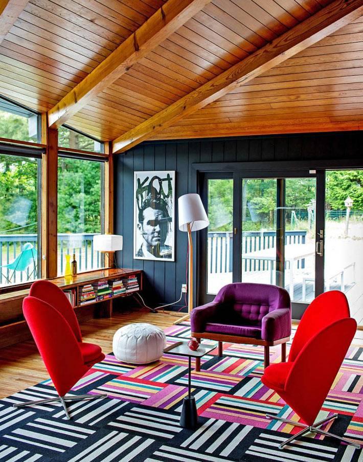 красные и фиолетовое кресло в дизайне интерьера гостиной комнаты