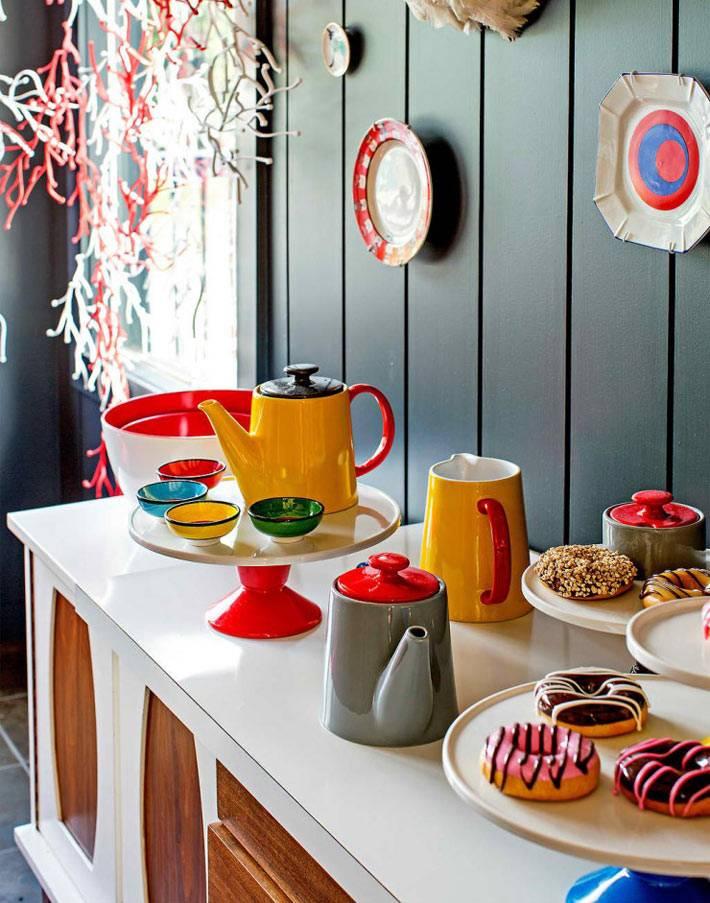 яркая цветная посуда для декора кухни