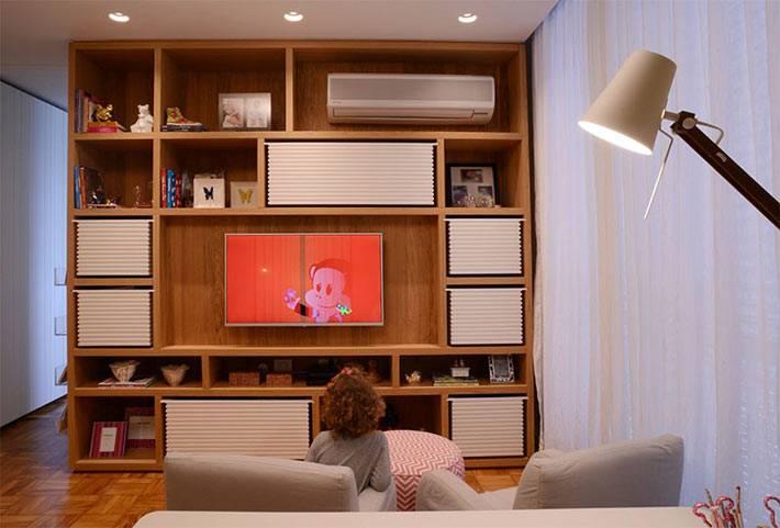 деревянный стеллаж с телевизором и книгами в детской