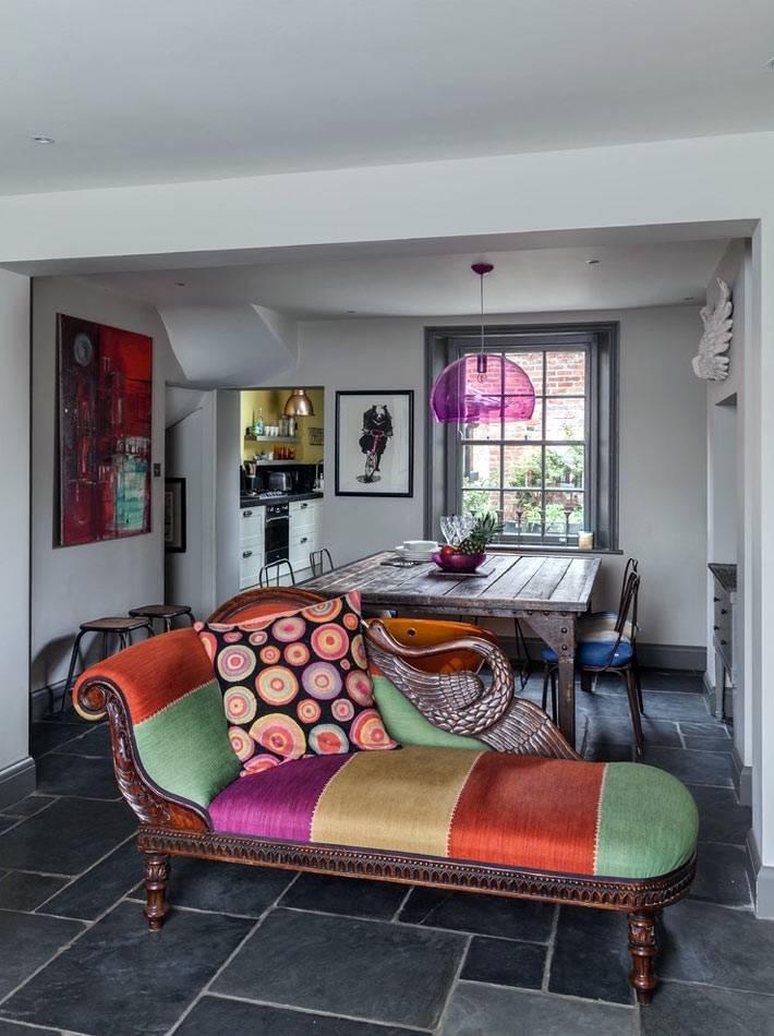 разноцветная козетка с яркими подушками в гостиной фото