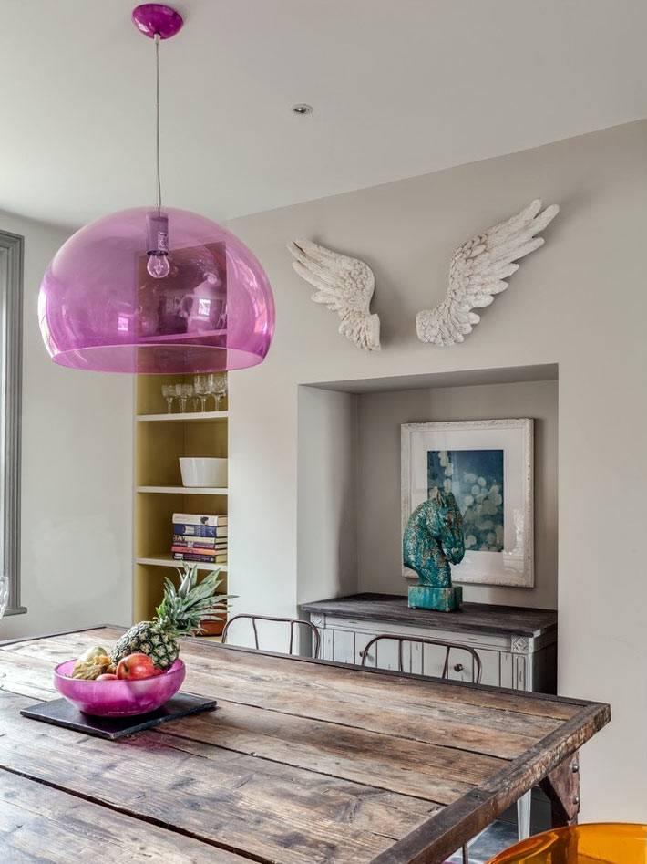 розовая пластиковая люстра в интерьере столовой