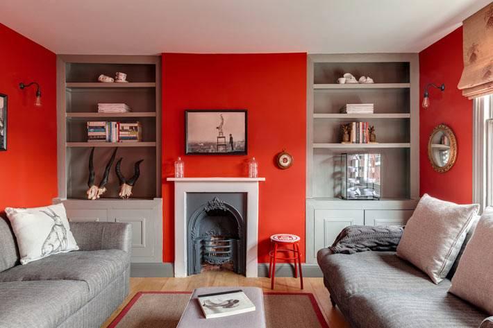 красный цвет стен в дизайне интерьера гостиной комнаты