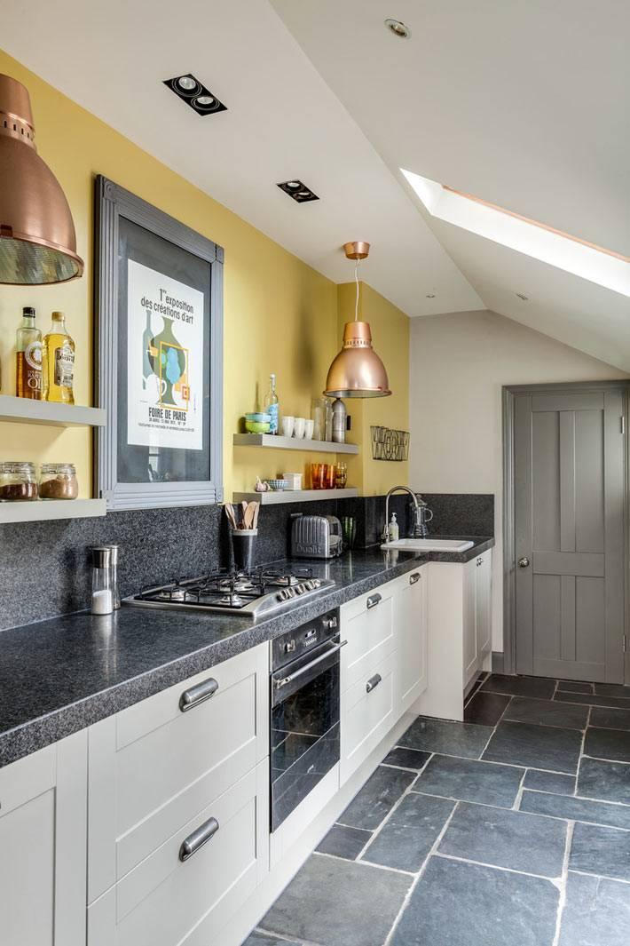 желтые стены и белая мебель в интерьере кухни фото