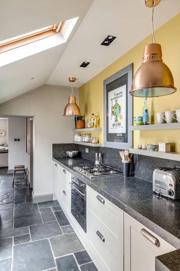 дизайн маленькой кухни в мансарде с желтыми стенами