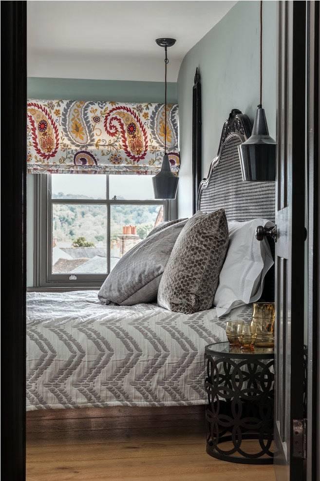 серый цвет и цветная римская штора в спальне