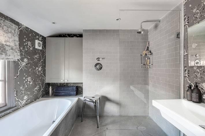 красивая ванная комната с серыми обоями в цветочек