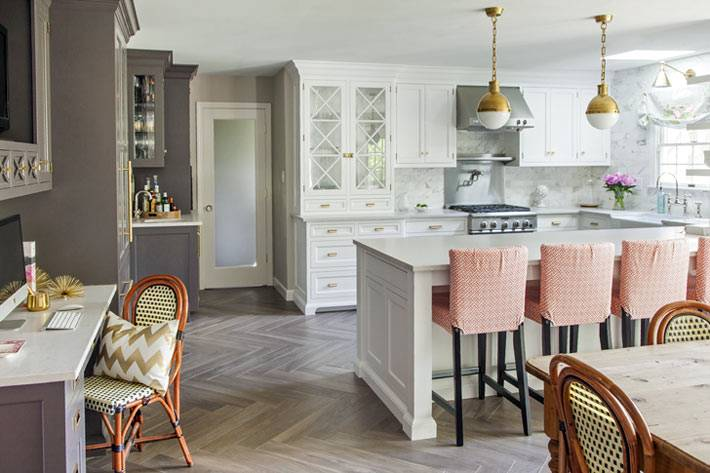 Серая и белая кухонная мебель в дизайне интерьера кухни