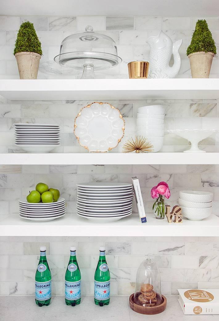 открытые полки с красивой посудой в интерьере кухни