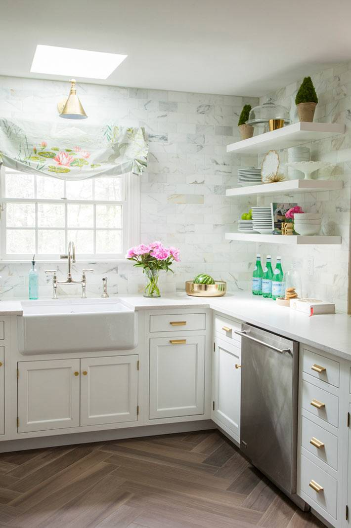 красивый интерьер кухни с открытыми полками для хранения посуды