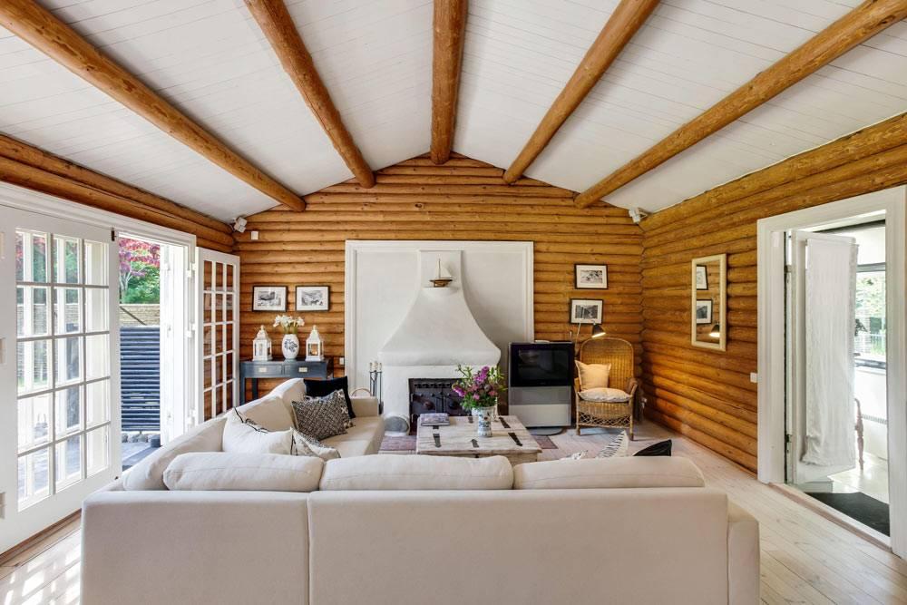 деревянные балки на белом потолке в интерьере дома