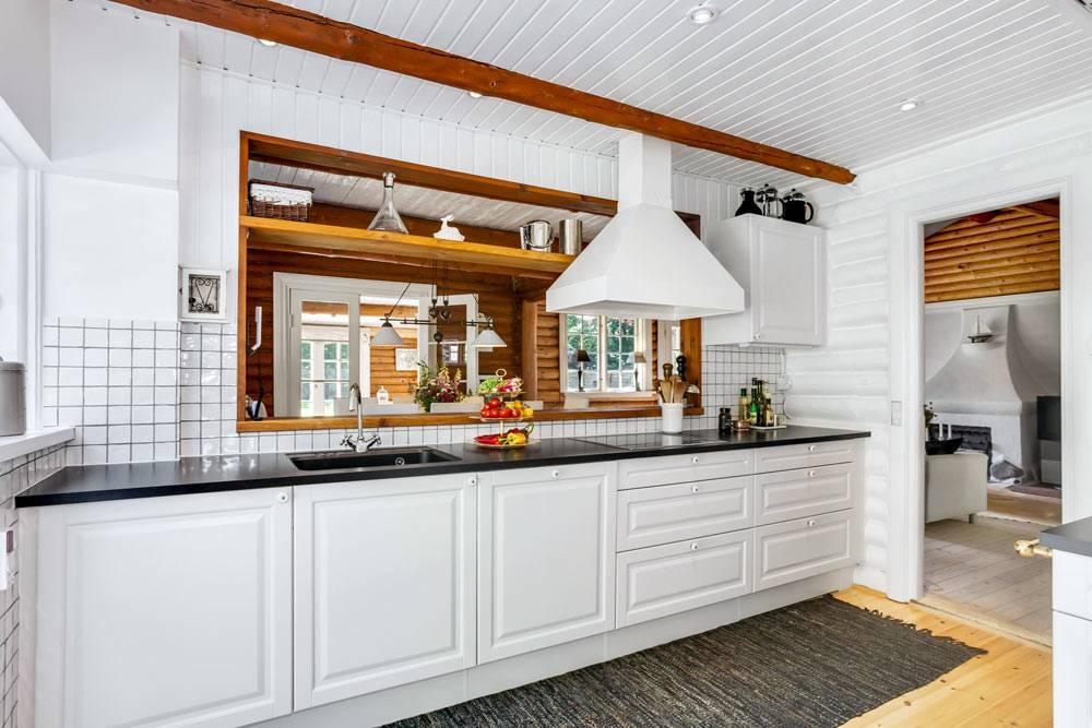красивая белая кухня из натуральных материалов в доме
