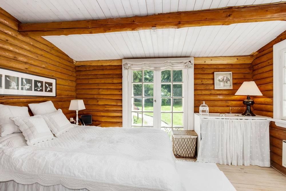 деревянные стены в дизайне спальни в бревенчатом доме фото