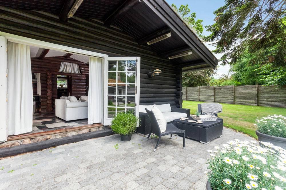 красивый дом из дерева и двор в Дании