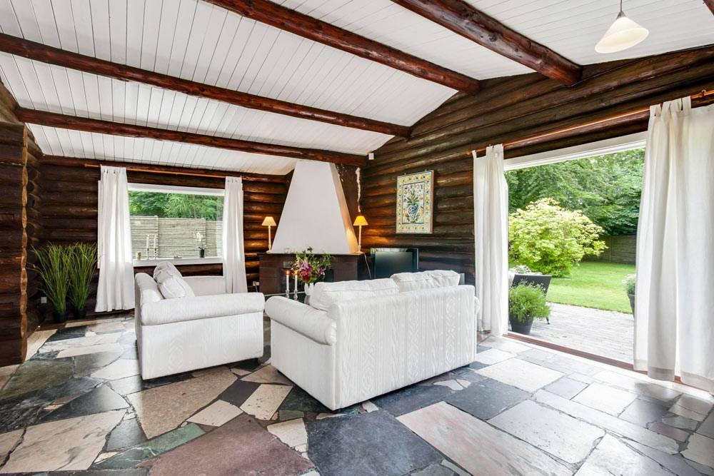 дом из сруба - коричневое дерево в интерьере фото