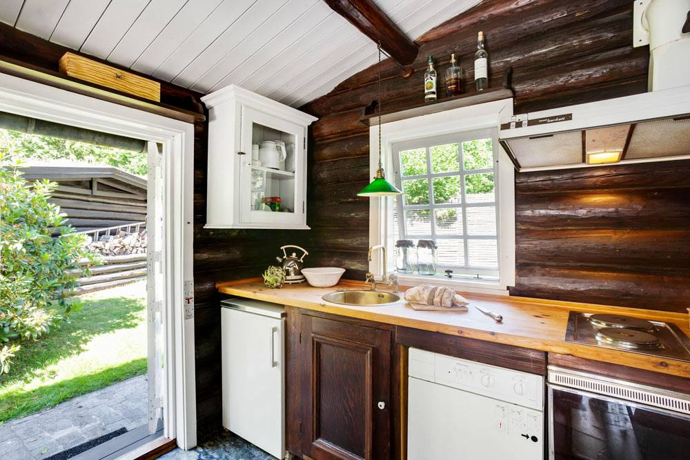 красивая летняя кухня в гостевом деревянном доме