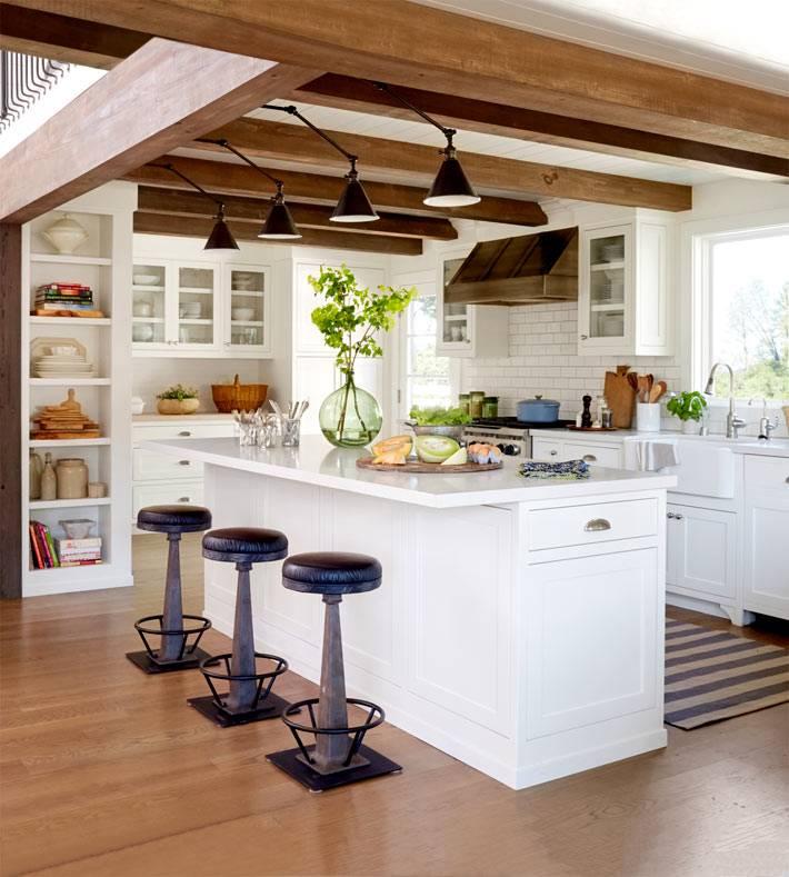 интерьер летнего дома с деревянными потолочными балками