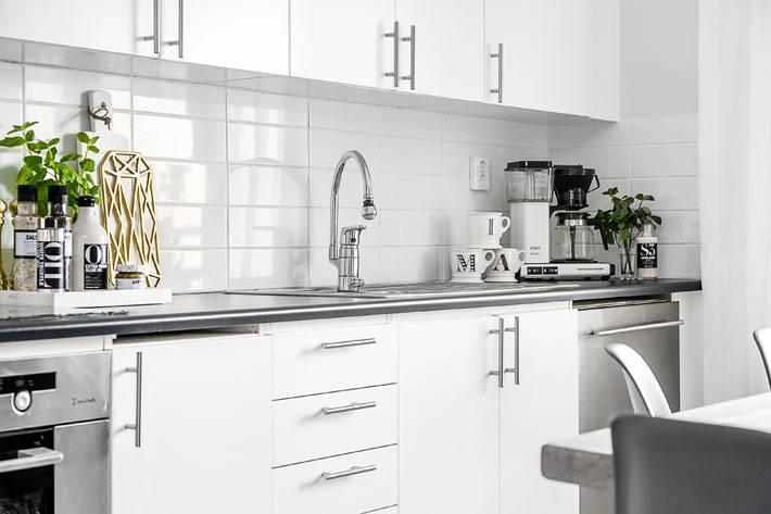 белоснежный интерьер кухни в скандинавском стиле фото